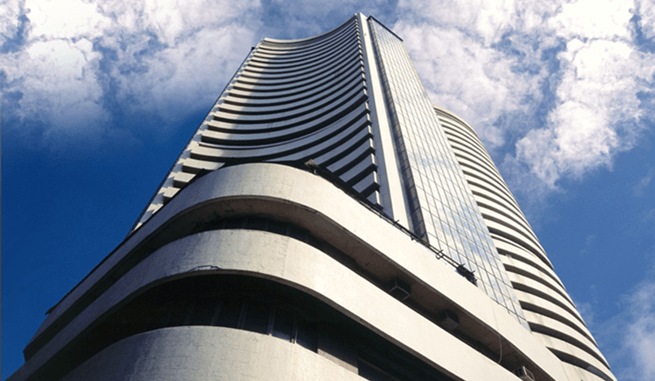 Sensex Holds 32000; Banks Top Gainers